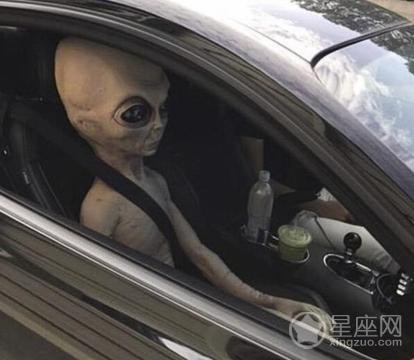 外星人坐车上高速!