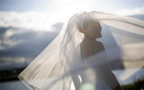 女人右手有三條婚姻線,桃花泛濫多婚變