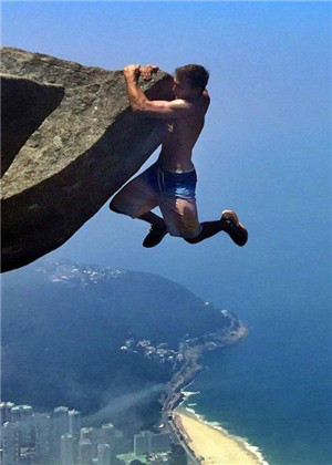 夢見自己差點掉下懸崖,要注意心緒調節