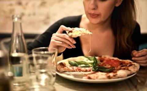 透过吃相看对方性格,吃饭坐不定的人疑心重