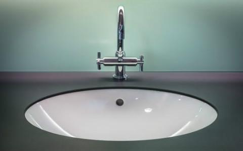 洗脸盆镜子正对厕所门好吗?门神都容易被吓跑