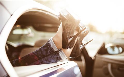 梦见自己穿高跟鞋走路,运势也会逐渐好起来
